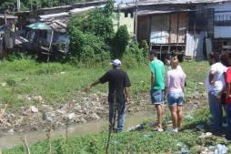 Renato Titi mostra a situação do rio Beberibe